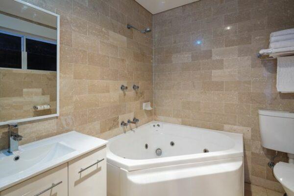 Metro Mirage Hotel Newport Spa Bathroom