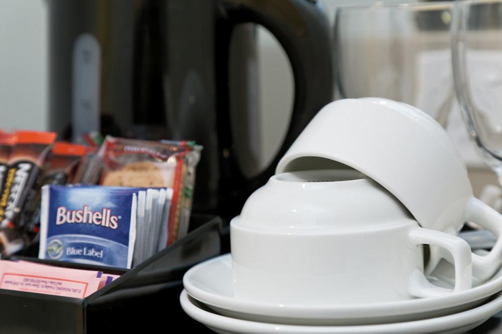 metro-hotel-on-pitt-guest-room-tea-coffee-1