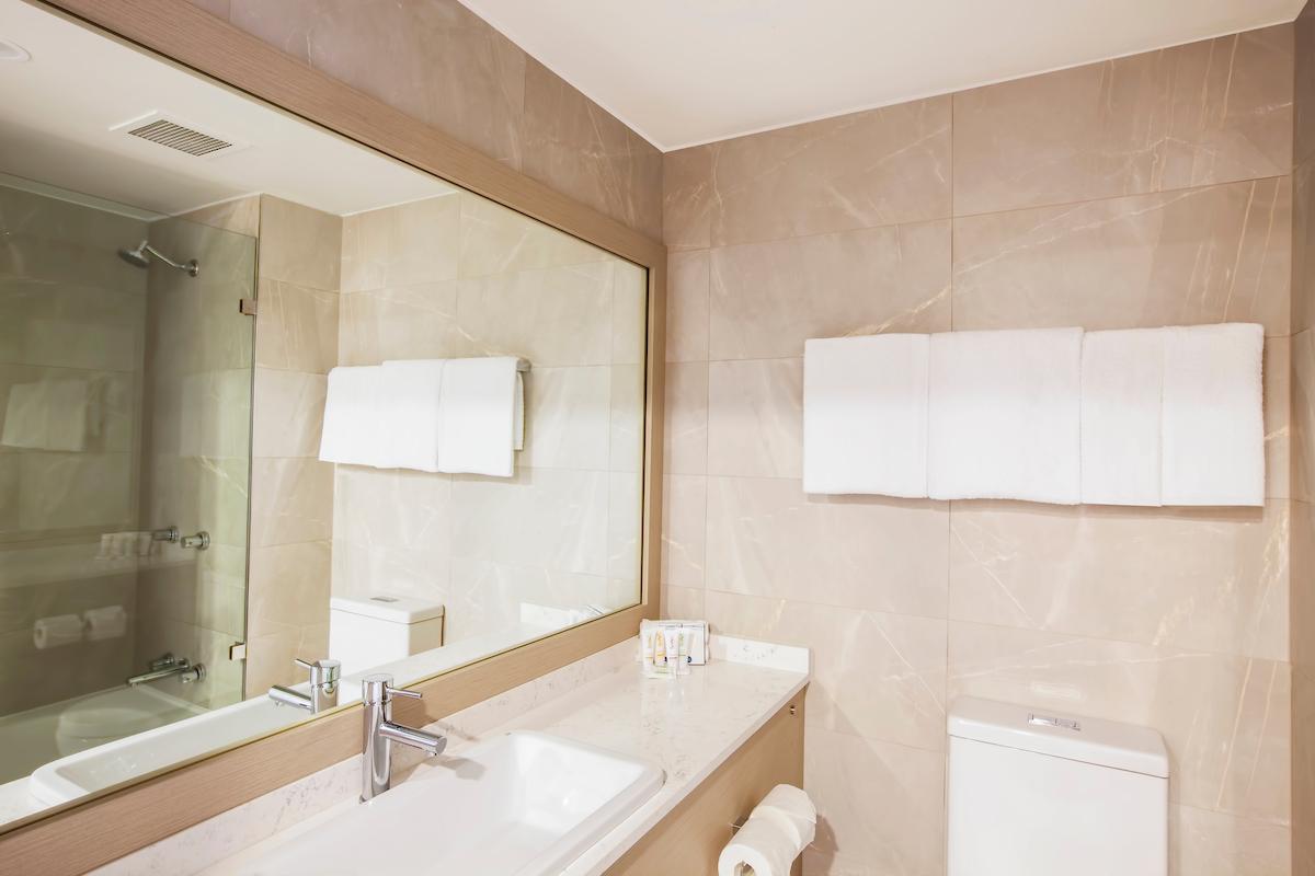 Metro Aspire Hotel, Sydney Bathroom