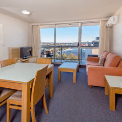 Metro Hotel and Apartments Gladstone room
